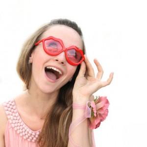Мария слага розовите очила